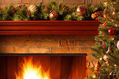 Tannengirlanden zu Weihnachten am Kamin